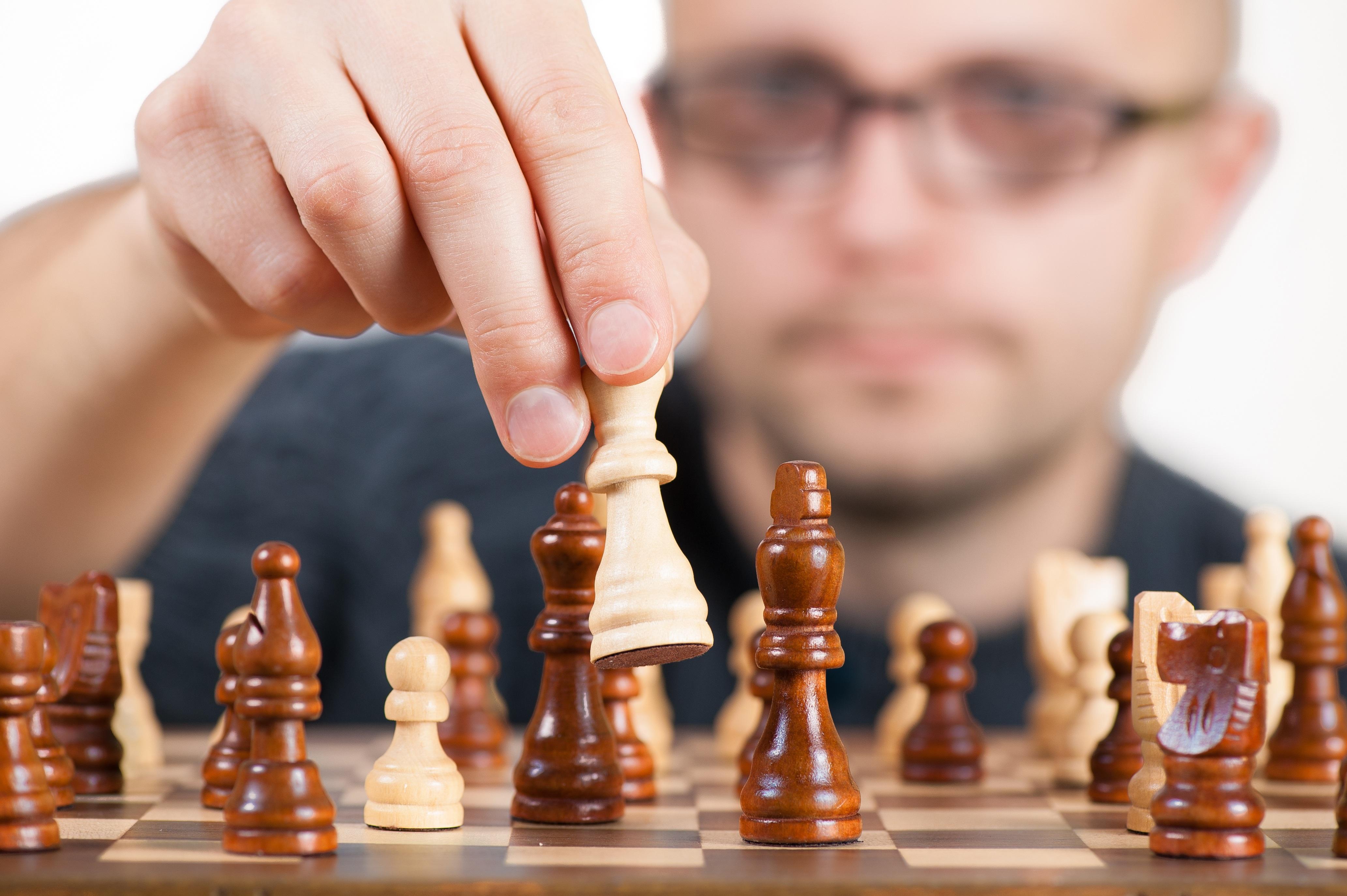 Wenn beim Schachspielen der Verstand überlegt und prüft. (Fotoquelle: www.pexels.com